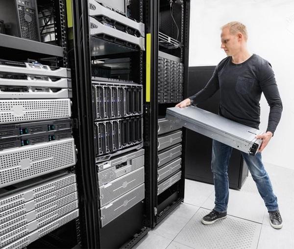 Установка серверного корпуса в стойку